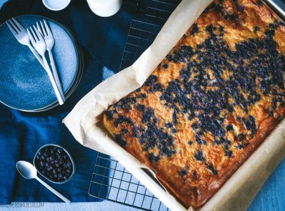 Der typische finnische Pfannkuchen auf dem Blech im Ofen gebacken mit der Beere des Nordens: Blaubeeren! Schnell gemacht, schmeckt hervorragend und lässt einen in Gedanken in den Sommer Skandinaviens reisen!