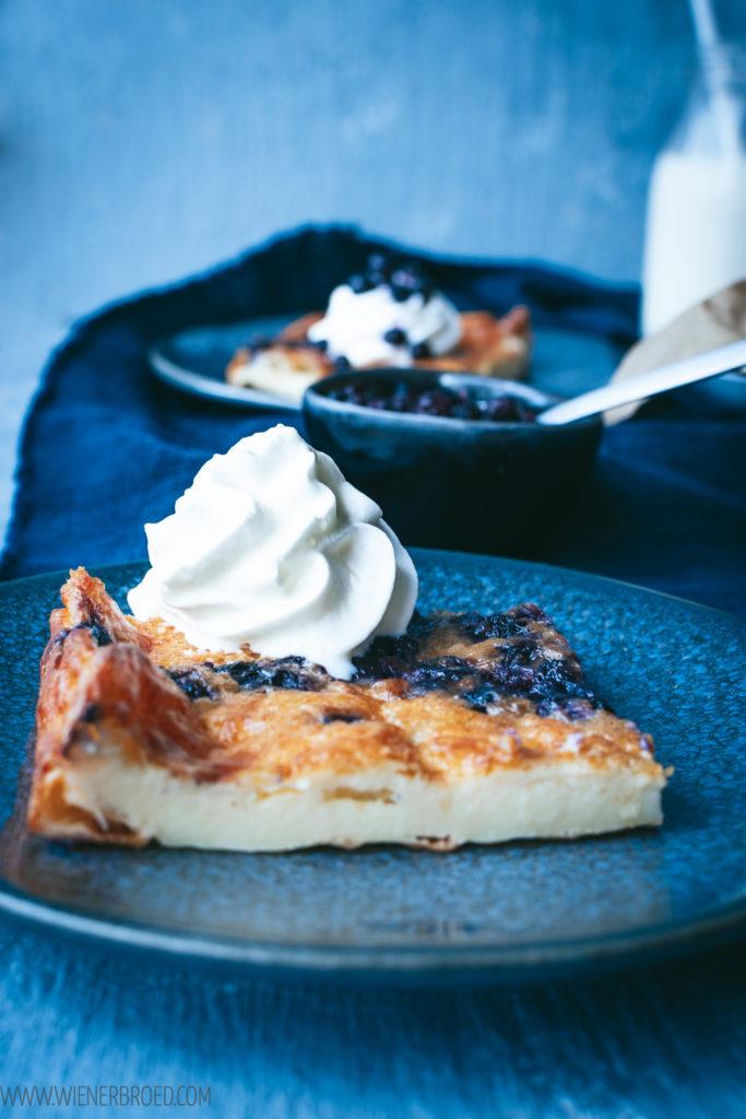 Rezept für Mustikkapannukakku, typisch finnischer Blaubeer-Pfannkuchen, im Ofen gebacken / Mustikkapannukakku, Finnish blueberry pancake [wienerbroed.com]