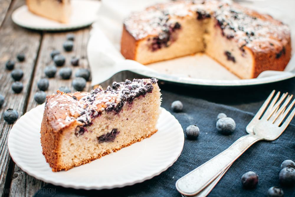 Rezept für Blaubeerkuchen, ein schnelles und einfaches Rezept für einen Rührteigkuchen mit Blaubeeren mit Zimt und Kardamom [wienerbroed.com]v