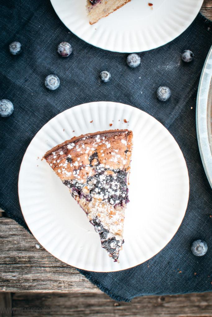 Rezept für Blaubeerkuchen, ein schnelles und einfaches Rezept für einen Rührteigkuchen mit Blaubeeren mit Zimt und Kardamom [wienerbroed.com]
