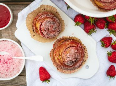Die Erdbeer-Zeit verlangt nach einem Schnecken-Rezept mit Erdbeeren. Hier kommt es: die erdbeerigsten Erdbeer-Schnecken ever mit einem Hauch Vanille!