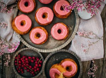 Ich liebe diese kleinen, roten Beeren. Auch wenn sie sauer sind. Als Johannisbeer-Schoko-Donuts sind sie aber definitiv nicht sauer! Versprochen!