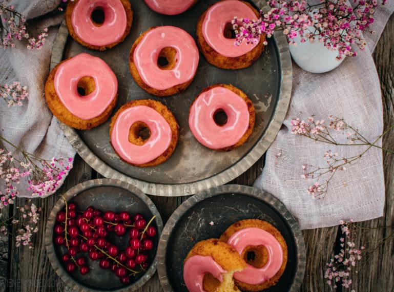 Rezept für Johannisbeer-Schokolade-Donuts   Kringel rot-weiß