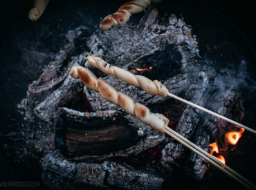 Die Zimtschnecke unter den Stockbroten! Statt im Backofen über dem Feuer am Stock gebacken, perfekt für den Sommer!