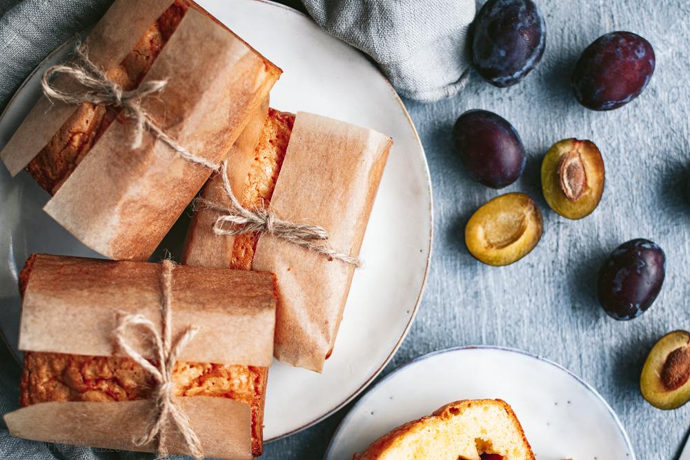 Rezept für Zwetschgen-Vanille-Küchlein, saftige, kleine Rührteig-Kuchen mit Vanille und Zwetschgen [www.wienerbroed.com]